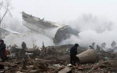 Avião de carga cai sobre 15 casas próximas a aeroporto matando mais de 30 pessoas