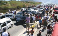 Veja o vídeo engavetamento com 19 veículos deixa várias pessoas presas nas ferragens