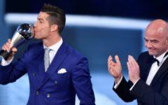 CR7 leva prêmio da Fifa pela 4ª vez, supera Ronaldo e fica a um só de Messi