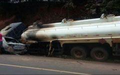 Carro colide com caminhão-tanque e mata família inteira carbonizada